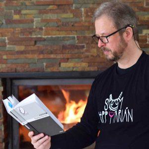 happytarián číta pri krbe